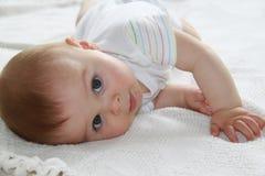 Dicht portret die van een leuke kleine jongen, de camera bekijken Stock Afbeelding