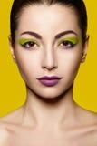 Dicht portret met heldere make-up Stock Foto's