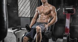 Dicht portret, spier mannelijke atletenbodybuilder met perfect m stock foto