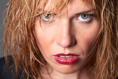 Dicht portret van gespannen jonge blonde mannequin met nat haar & Stock Foto