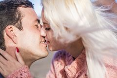 Dicht portret van mooi Kaukasisch paar die elkaar kussen hartstochtelijke close-up met kus Jonge man en vrouw Het concept van de  royalty-vrije stock afbeeldingen