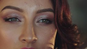 Dicht portret van mooi vrouwelijk gezicht met samenstelling stock videobeelden