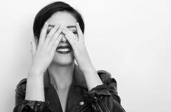 Dicht portret van mooie donkerbruine vrouw Stock Afbeelding