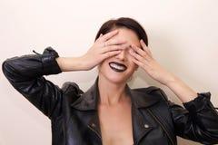 Dicht portret van mooie donkerbruine vrouw Stock Foto