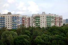 Dicht stedelijk flatgebouw op het groene gebied van de stad royalty-vrije stock fotografie