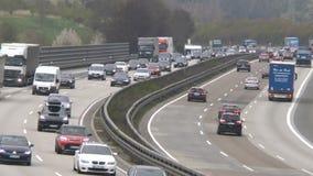 Dicht verkeer op Duitse weg A3 stock videobeelden