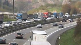 Dicht verkeer op Duitse weg A3 stock video
