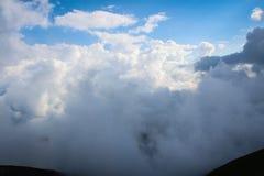 Dichtbegroeide wolken stock afbeeldingen