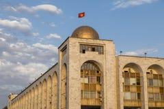 Dichtbij ala-ook het inbouwen van oosterse stijl tijdens zonsondergangvierkant Bishkek vroeger Frunze stock afbeeldingen