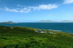 Dichtbij de oceaan - Klippen & aard bij de kust van Ierland stock foto's