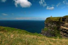 Dichtbij de oceaan - Klippen & aard bij de kust van Ierland stock fotografie