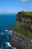 Dichtbij de oceaan - Klippen & aard bij de kust van Ierland stock afbeeldingen