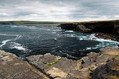 Dichtbij de oceaan - Klippen & aard bij de kust van Ierland stock foto