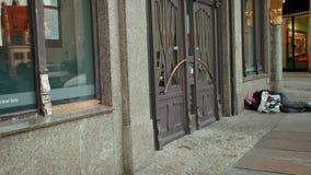 Dichtbij een dure bank met gouden ornamenten die daklozen slapen stock video