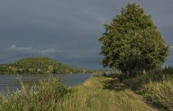 Dichtbij rivier Labe vóór onweer in Noord-Bohemen Royalty-vrije Stock Foto