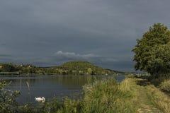 Dichtbij rivier Labe vóór onweer in Noord-Bohemen Royalty-vrije Stock Afbeeldingen