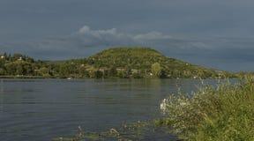 Dichtbij rivier Labe vóór onweer in Noord-Bohemen Stock Foto