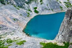 Dichtbij verdeelde het Blauwe Meer van Imotski in de Krater van het Kalksteen Stock Foto's
