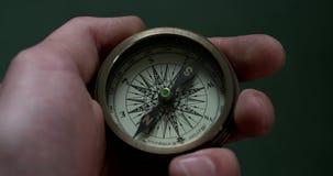 Dichtbije kompasbeweging stock video