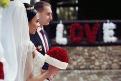 Dichtbijgelegen bruid en bruidegom en de bloemteken van riginal romantisch valentyne Royalty-vrije Stock Foto's