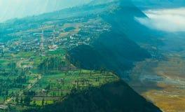 Dichtbijgelegen hoogland het dorp zet Bromo op Stock Fotografie