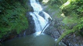 Dichte benadering van waterval door hommel Corupa, Santa Catarina, Brazilië stock footage