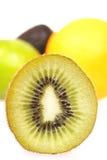 Dichte blured omhooggaand van de kiwi met andere fruit Royalty-vrije Stock Afbeeldingen