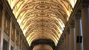 Dichte die schuine stand omhoog van het plafond van de basiliek Santa Maria wordt geschoten maggiore, Rome stock footage
