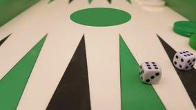 Dichte dobbelt omhooggaand van het backgammonspel met twee motie stock video