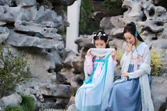 Dichte meisjes bestie in Chinees traditioneel oud kostuum Stock Foto