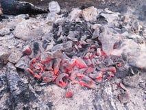 Dichte mening bij een gloeiende houtskool en een vlam in de barbecuegrill Ondiepe Diepte van Gebied stock afbeeldingen