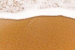 Dichte mening van de kleine overzeese golf op het zand. royalty-vrije stock foto's