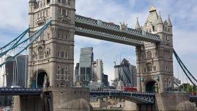 Dichte mening van de Torenbrug en de Stad van het financiële district van Londen stock footage