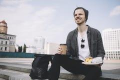 Dichte mening van een gelukkige toerist die zowel van zijn rust als maaltijd in de mooie zonnige dag geniet royalty-vrije stock foto's