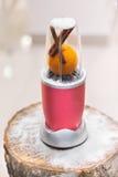 Dichte mening van een mixer met een sinaasappel en pijpjes kaneel op a royalty-vrije stock foto's