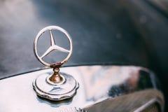 Dichte Mening van Geroest Gelast Metaal Logo Of Mercedes Benz At H Royalty-vrije Stock Foto's