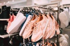 Dichte Mening van Manier Toevallige Vrouwelijke Tennisschoenen op Honger in Opslag royalty-vrije stock foto's