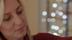 Dichte omhoog nieuwe het jaartijd van het vrouwen gelukkige gezicht stock footage