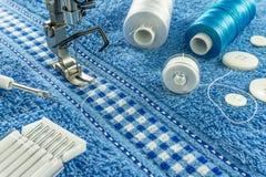Dichte omhooggaand als achtergrond van naaimachine en naaiende hulpmiddelen Stock Fotografie
