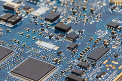 Dichte Omhooggaand blauwe van de Kringsraad (PCB) Spaanders, Transistors, Resisto Royalty-vrije Stock Fotografie