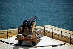 Dichte omhooggaand van één enkel zwart kanon dat in de tweede wereldoorlog door de Engelsen werd gebruikt stock afbeeldingen