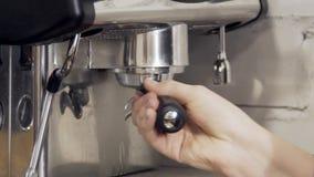 Dichte omhooggaand van coffeemachine die op het koken van hete dranken wordt voorbereid stock footage