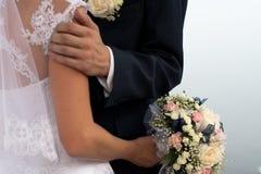 Dichte omhooggaand van de bruid en van de bruidegom Stock Foto's