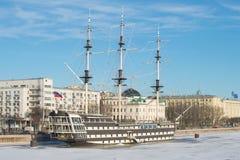 Dichte omhooggaand van de fregat` Gunst ` tegen de achtergrond van Petrovskaya-Dijk Heilige-Petersburg stock foto
