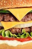 Dichte omhooggaand van de hamburger Stock Afbeeldingen