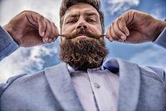 Dichte omhooggaand van de Hipster knappe aantrekkelijke kerel Deskundige uiteinden voor het kweken van en het handhaven van snor  stock afbeelding