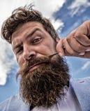 Dichte omhooggaand van de Hipster knappe aantrekkelijke kerel Mensen gebaarde hipster die de achtergrond van de snorhemel verdraa royalty-vrije stock afbeelding