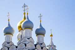 Dichte omhooggaand van de kathedraal Christelijke koepel Koepel van kerk Royalty-vrije Stock Afbeeldingen