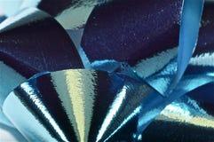 Dichte omhooggaand van de Kerstmisboog in blauw Royalty-vrije Stock Afbeelding