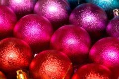 dichte omhooggaand van de Kerstmisdecoratie Kerstmis rode, roze en blauwe ballen royalty-vrije stock fotografie